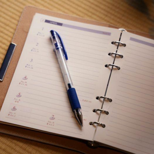 Ringbuch mit Stift auf dem Buch