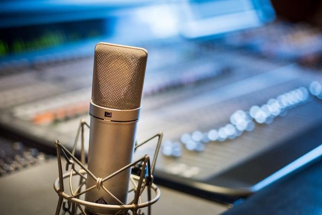Mikrophon vor Mischpult