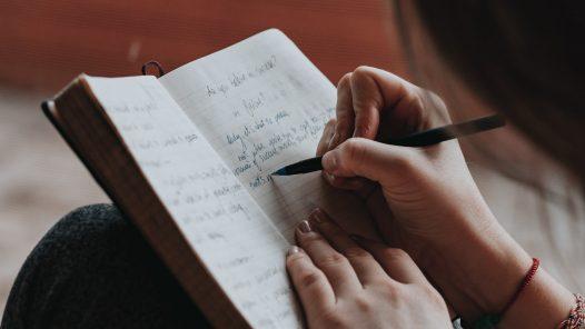 Frau, die im Tagebuch schreibt
