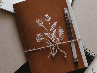 Ledertagebuch mit Blumenmuster