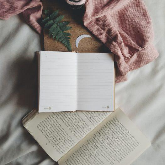 Leeres Tagebuch auf einem Bett